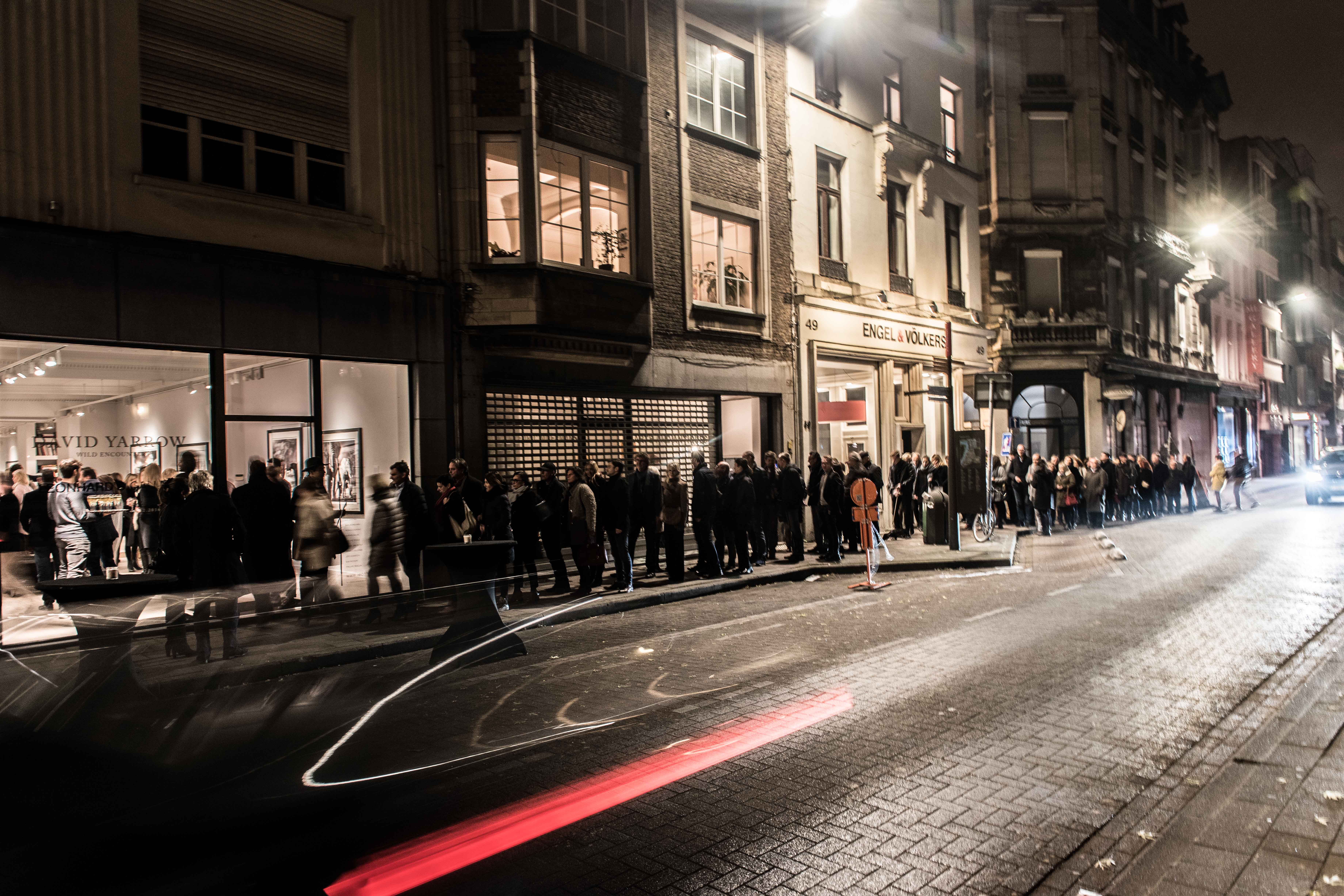 Long line for entrance to Vernissage David Yarrow at Leonhard's Gallery